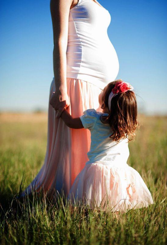maman enceinte et petite fille