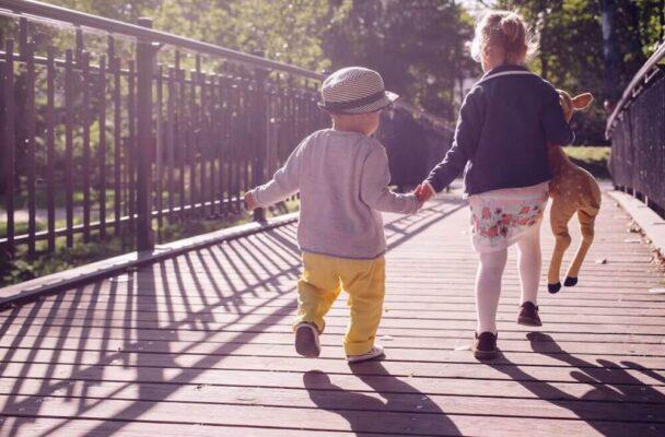 enfants sur un pont